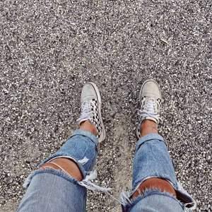 Jeans från Karve, sitter väldigt fint och är sköna. De har väldigt hög midja (över naveln) vilket gör att de sitter skönt! Frakt tillkommer