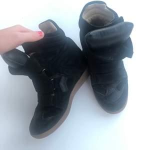 Ett par isabel marant högklackade sneakers i storlek 37.  Inköpta för 4500kr i Stockholm relativt nyligen. Skorna är i mycket bra skick!
