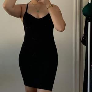 Basic svart linneklänning från H&M, aldrig använd prislapp kvar! XS, passar mig som är S/M