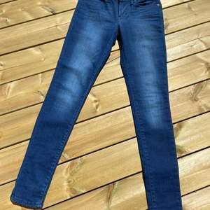 Begagnade Levis jeans, använda fåtal gånger. Storlek 25/31 ish
