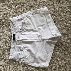 Vita jeans shorts från bershka. Köparen står för frakt.