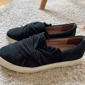 Ett par nästan oanvända slip on skor från dasia. Nypris ca: 600-700kr
