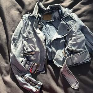 Otroligt snygg vintage jeansjacka som jag tyvärr inte kan ha längre!