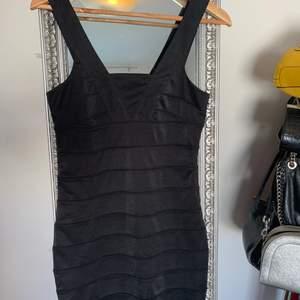 Oanvänd klänning, storlek small. Från Rut n circels