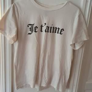 Vit t-shirt med trycket