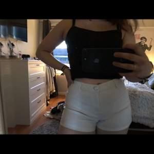 Säljer dom här jätte fina vita shortsen! Perfekt nu till sommaren. Säljer dom eftersom dom inte kommer till användning 🦋🧸