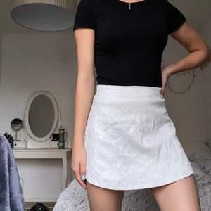 En vit kjol från oxygene som är i storlek 40 men jag skulle säga att storleken snarare passare 34-36