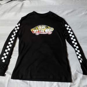 Super cool skate tröja från vans med både eld och rutigt, vad mer kan man önska? Säljer pga jag knappt använt den. Helt äkta, köpt på vans butiken i Stockholm och nypris var 400. Köparen står för frakt