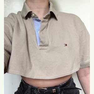 Croppad tommy hilfiger tröja. Beige med blått på insidan av kragen. Frakt ingår :)