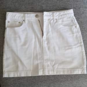 Vit jeans kjol från forever 21! Storlek m, men är mer som xs-s.. väldigt bra skick