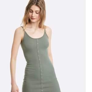 Grön klänning ifrån bikbok, knälång på mig som är 1.70 lång. Jätte skönt material. Bara använt en gång. Fraktar endast