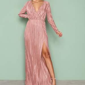 NLY Eve Pleated Long Sleeve Gown Maxidress in rosé. Snygg Rosé Maxikläning med slits i storlek small. Ser mycket finare ut IRL. Den är lite stretchig så den passar en liten m också. Säljer den då den ärför lång för mig. Första bilden är lånad :-) Inköppspris var 499kr. Står ej för frakt