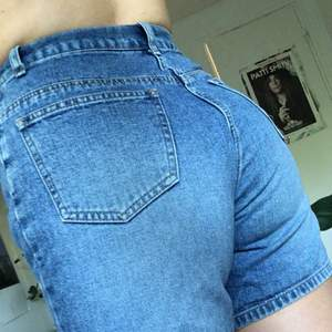 Lite längre jeansshorts. Vintage i bra skick och utan stretch. Fri frakt!💌