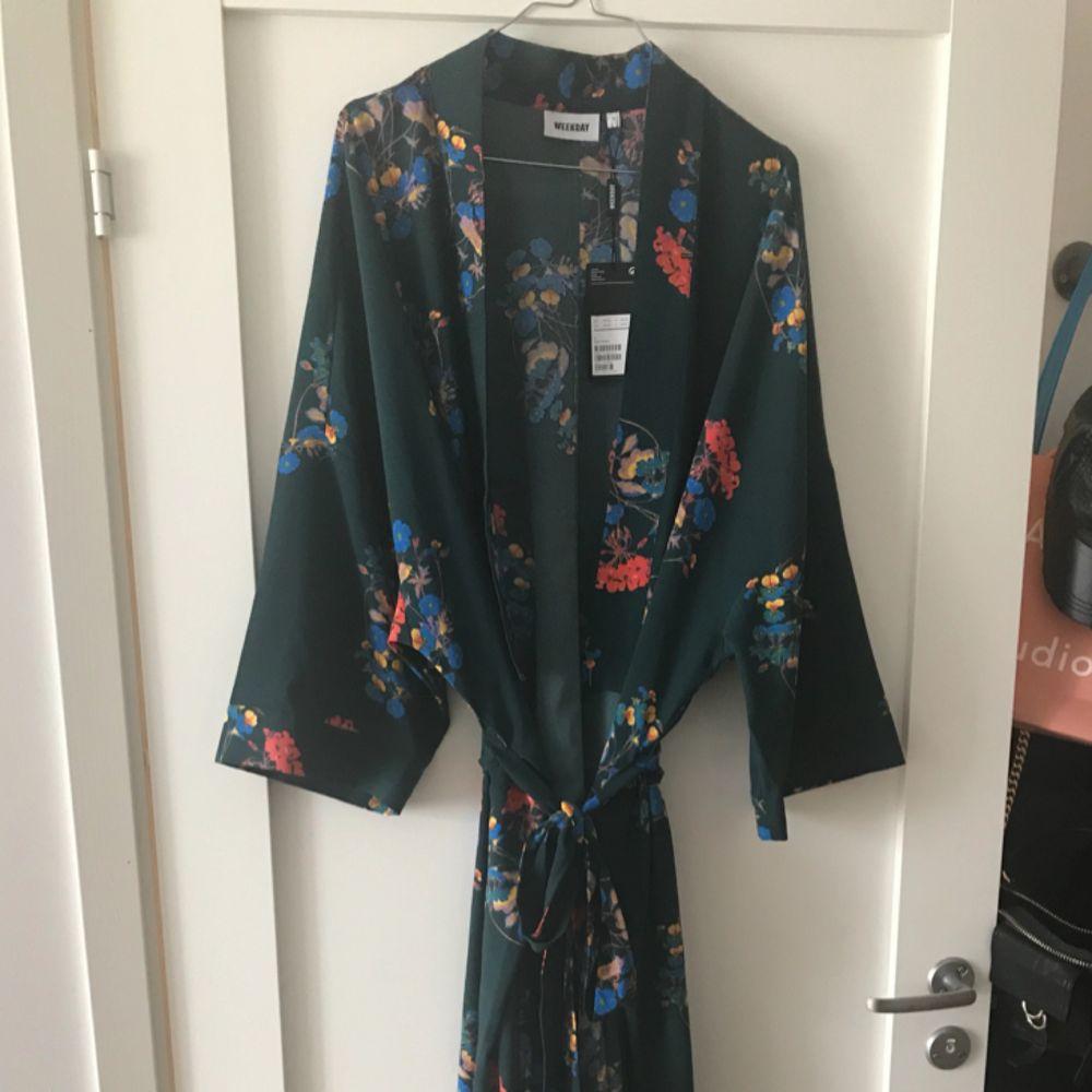 Superfin Kimono från Weekday.  Aldrig använd, prislappen är fortfarande kvar. Inköpt i våras.  Nypris 600kr . Övrigt.