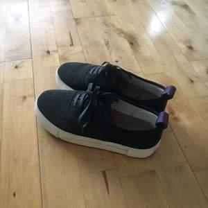 eytys skor i mocka! använda endast fåtal ggr.  är bara lite dammiga från att ha ståt i garderoben hela tiden. men kommer rengöras :) kan mötas upp i sthlm eller skicka på posten mot fraktkostnad.