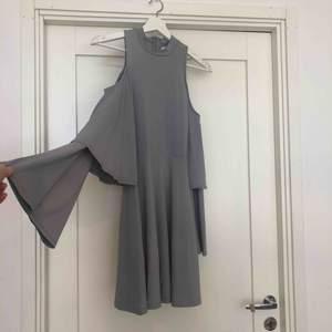 Blå klänning från BUBBLEROOM, Lovisa Barkmans nya kollektion. Oanvänd. Trumpetärmar med två volanger. Öppna axlar. Tight i bysten sen är den lite rakare, alltså inte tight hela vägen över rumpan. Du står för frakt ca 42kr