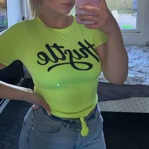 Svinsnygg trendig neongul T-shirt från Fashion Nova. Knappt använd av mig då den är lite för liten. Det är storlek xs men vääääldigt stretchig.  Frakt tillkommer om man inte kan mötas upp kring Staffanstorp 😊