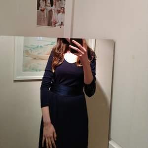 Blå, fin klänning från GANT! I mycket bra skick, kan användas utan eller med sidenband. Funkar till både vintern och sommaren