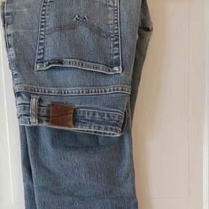 Vintage jeans från 80-talet, passar i benen men är för stora i midjan för mig som är en 36-38. Dom har en liten fläck på benet men annars är som i fint skick. Fraktkostnad tillkommer✨
