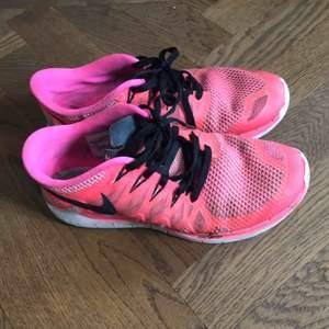 Superfina Nike free run 5.0. Sparsamt använda. Köparen står för frakt:)