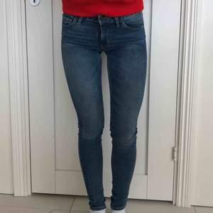 Säljer snygga skinny fit jeans från Levis. Jättebra skick, använda max 3 ggr. Nypris > 1000kr.