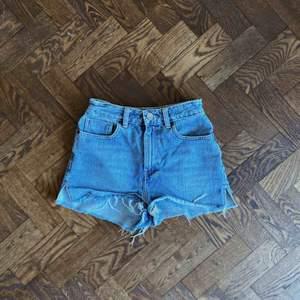 Jeansshorts från Asos! Var mina favoriter i två år, tyvärr för små nu men världens grymmaste jeansshorts! Frakt tillkommer om det ska skickas!