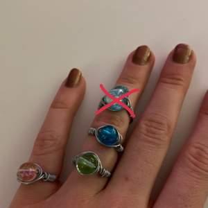 Säljer dessa egengjorda ringar. 20kr st eller 2 för 30kr:) (Frakt tillkommer på 11kr om du köper 3 eller mindre. 20kr om du köper 4 eller fler). Hör av dig vid intresse eller om du har några frågor. 😇 alla dessa ringar kan jag göra flera st av så dem tar inte slut, (förutom den ljus blåa på första bilden och den mörkblåa på sista bilden) den har jag bara en av!