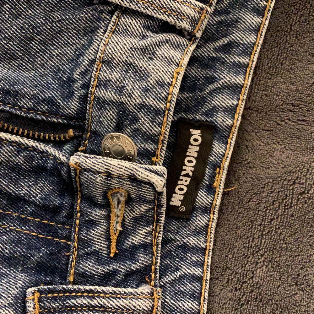 Säljer ett par högmidjade jeans från Momokrom (tror de kommer från Boohoo) då de är förstora för mig. Strl 40.. Jeans & Byxor.
