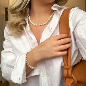 Armband: 79 kr                                                                 Halsband: 99 kr                                                                Vid köp av både armband och halsband får du 20% rabatt. Det är bara att höra av sig i meddelanden om du är intresserad, det är äkta sötvattenspärlor och glaspärlorna går att få i andra färger. Storleken är justerbar och går att anpassas efter dig💛💕