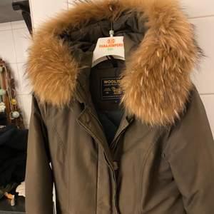 Snygg brun woolrich jacka med päls i storlek s, litet hål vid ärmen (se bild). Varm !
