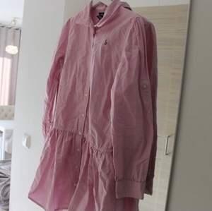 Fin och söt klänning i Ralph Laurens klassiska skjortmaterial, såklart äkta märke. Storlek 16 år, passar mig med xs men den är kort så rekommenderar för kortare tjejer 💕 En knapp fattas men har varit så sedan början. Går säkert att hitta någon liknande och lätt sy på istället!