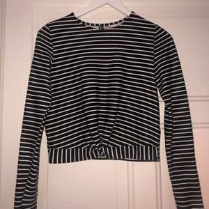 En randig tröja som är svart och vit i storlek 40 men passar mig som har xs eller s.