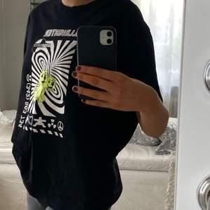 Jättensygg oversize t-shirt från Weekday!! Knappt använd💕💕köparen står för frakten!!🥰🦋