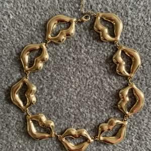 Läpphalsband i guld från glitter! Köpt för länge sedan, finns inte mer. Använt Max 2 ggr! Justerbar kedja. 40kr inkl frakt ❤️