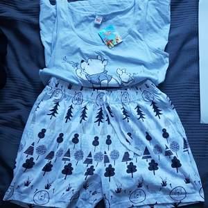 Pyjamas set från EMP, aldrig använd då det blev fel storlek och gick inte att lämna tillbaka. Nypris var ca 350kr. Pris är diskuterbart vid snabb affär!! Färgen är enligt de två sista bilderna!