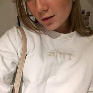 Stilren vit tröja med test på, köpt för några år sedan, men sitter supersnygga på mig😇😇