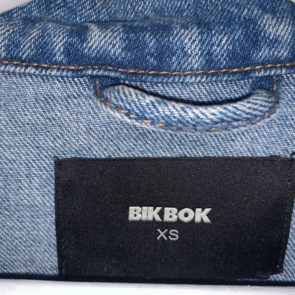 Fin jeansjacka ifrån bik bok. Väldigt fin skick men kommer tyvärr aldrig till användning.. Jackor.