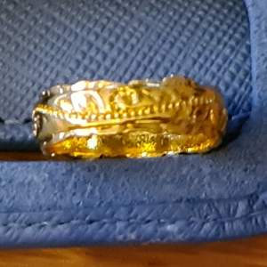 En jättefin guldring med mönster.  stämplad 14 k. Helt ny aldrig använd. Storlek 6 - 6,5  pris 200 kr med frakten inräknat.