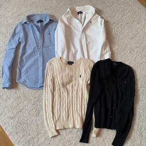 Ljusblå skjorta storlek XS (BLÅA SÅLD). Vit skjorta storlek XS. Stickad creme tröja S(CREME SÅLD). Svart kofta M. Säljs för 300kr styck.