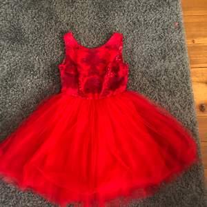Chi Chi London petit klänning från Zalando. Limited edition klänning. Använd 2 gånger. En röd klänning som går ner till halva låret ungefär. Klänningen är i bra skick. Originalpris: 900kr. Köparen står för frakt.
