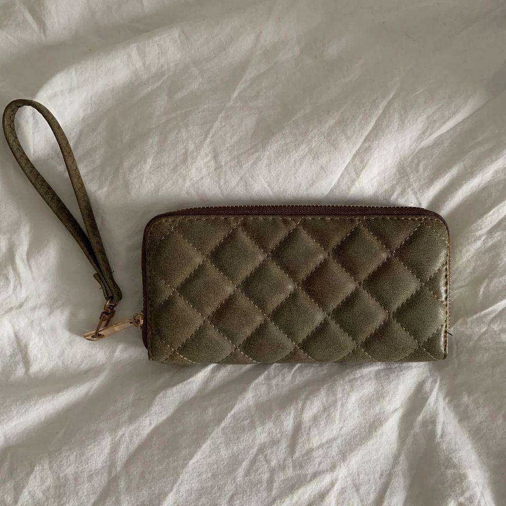 Fin beige plånbok, vet inte vart den är ifrån. Många rymliga fack, går att ha både som plånbok eller som en liten väska om man vill de. Frakt är inräknat👛. Väskor.
