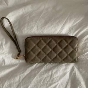 Fin beige plånbok, vet inte vart den är ifrån. Många rymliga fack, går att ha både som plånbok eller som en liten väska om man vill de. Frakt är inräknat👛