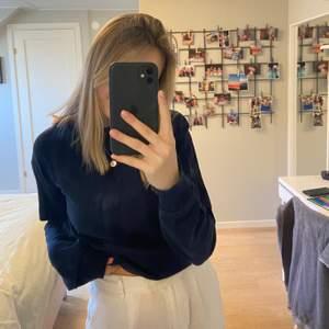 Vanlig marinblå sweatshirt från nakd. Den är sparsamt använd så i bra skick.