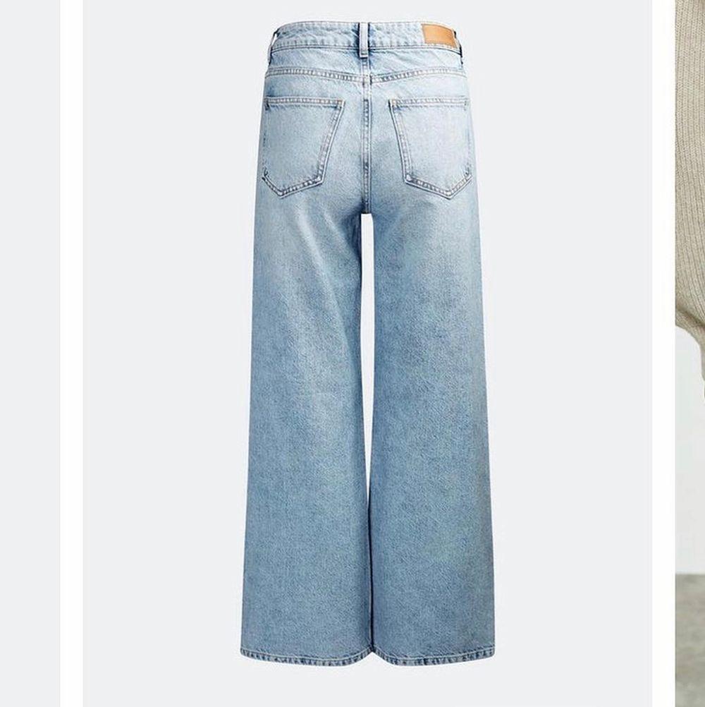 Säljer dessa skitsnygga jeans i strl 27, använda en gång men tyvärr alldeles för stora för mig:( säljer för 450kr nypris 599kr. Jeans & Byxor.