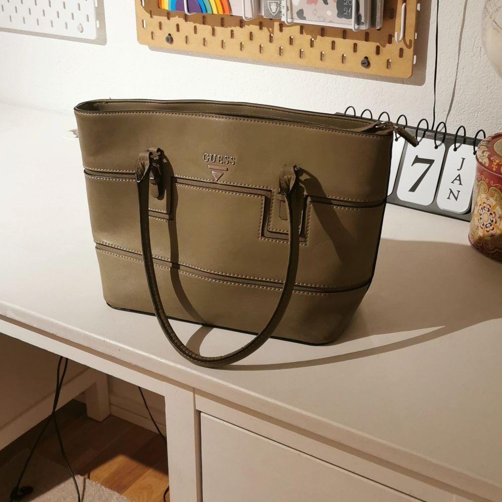 Har aldrig haft en användning av den. Passar inte mig i stillen men den är fett cool! . Väskor.