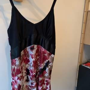Ett fint linne, använd några få gånger, säljer pga att jag rensar min garderob. ordinarie pris: 90kr Storlek:s Hör av er vid intresse eller för mer bilder♡  Pris är exklusive frakt. Frakt kostar 44kr