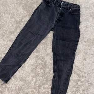 Svarta baggy jeans i storlek XS, nypris 399kr