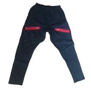 De mest välkända chachi byxorna, svarta med röda blixtlås på 😋 Väldigt populärt tidigt 2010-tal bland kändisar och dansare. Passar alla waist storlekar upp till 30/30 ✨✨ Köp nu!