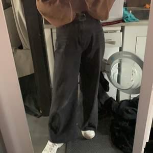 säljer dessa svarta baggy jeans från shein då jag beställde fel storlek. jag klippte till dem lite då dem var lite för långa, har använt typ en gång  och dem är helt nya så jag skulle säga att dem är i perfekt skick! jag är 1,65cm o byxorna är i strlk S alltså typ strlk 38. köparen står för frakten. priset kan diskuteras