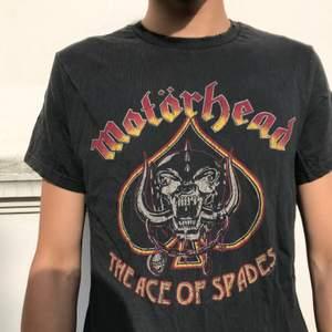 Trendig t-shirt med motörhead tryck. Så mjuk och skön, snygg att klä i lager! Frakt ingår✨